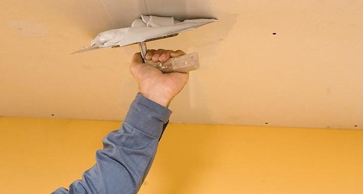 Ремонт тріщин на стелі.