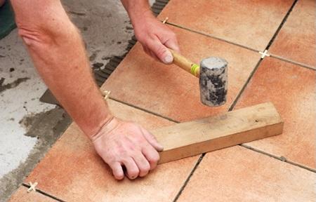Як покласти плитку на підлогу правильно?