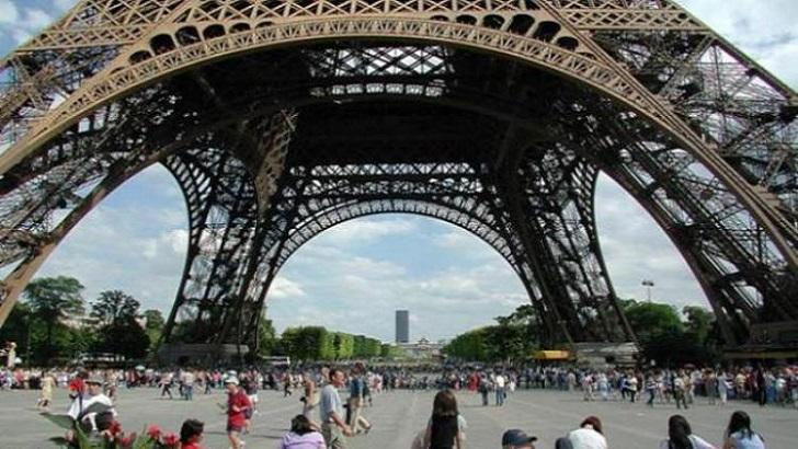 Реконструкцію Ейфелової вежі у Парижі завершено.