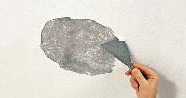 Як видалити побілку або крейду зі стелі?