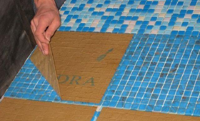 Як клеїти плитку мозаїку?