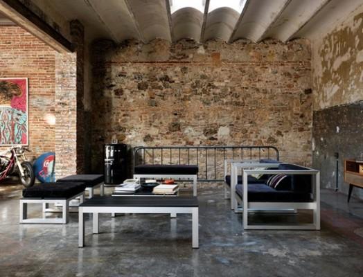На фото інтер'єр квартири і меблі в стилі лофт.