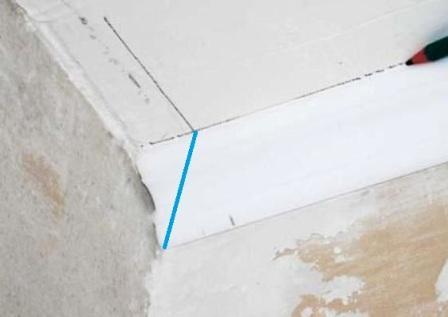 Як обрізати кути в плінтуса?