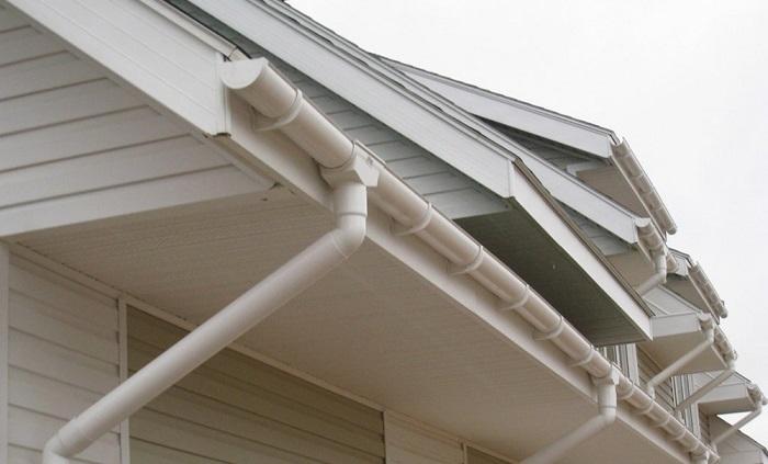 Встановлюємо водостік для даху.