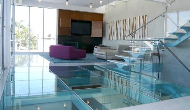 Скляна підлога у будинку.
