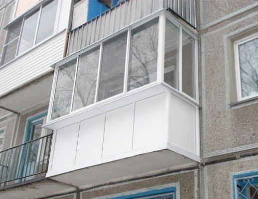 Скління балкону із виносом.