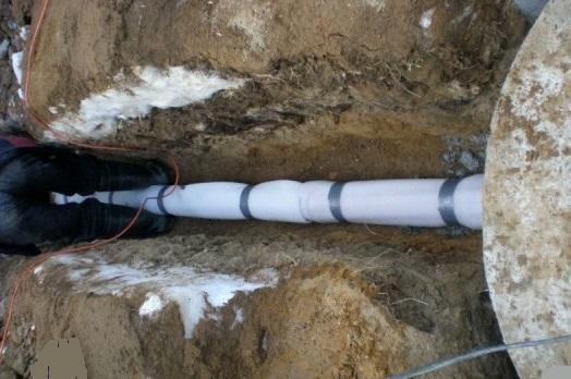 Як прокласти трубу і кабель до насоса в колодязь?